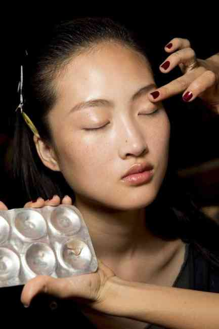 Applying flawless makeup to the skin