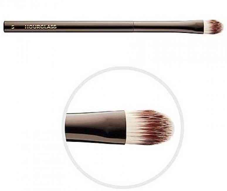 Hourglass – Concealer Brush and brush close up