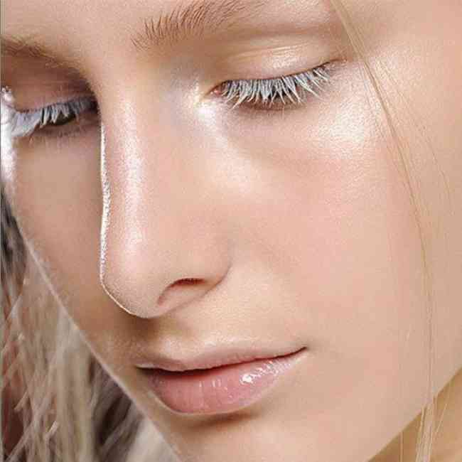Strobing Makeup on the cupids bow and nose arch